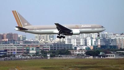 HL7200 - Boeing 767-328(ER) - Asiana Airlines