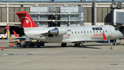 N8930E - Bombardier CRJ-440 - Northwest Airlink (Pinnacle Airlines)
