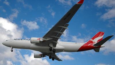 VH-EBH - Airbus A330-203 - Qantas