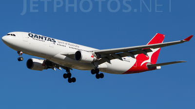 VH-EBI - Airbus A330-203 - Qantas