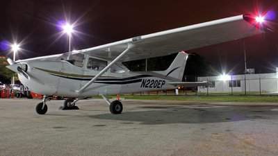 A picture of N220EP - Cessna 172P Skyhawk - [17276484] - © Sergio Díaz