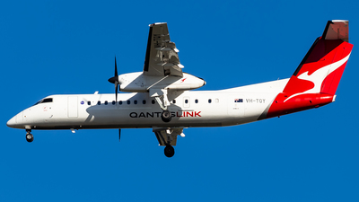 A picture of VHTQY - De Havilland Canada Dash 8300 - QantasLink - © Brandon Giacomin