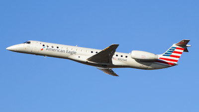 A picture of N925AE - Embraer ERJ145LR - American Airlines - © Simon B