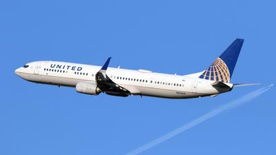 A picture of N37464 - Boeing 737924(ER) - United Airlines - © Len Schwartz