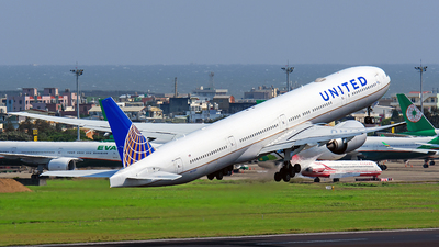 A picture of N2332U - Boeing 777322(ER) - United Airlines - © Huang Chengjen