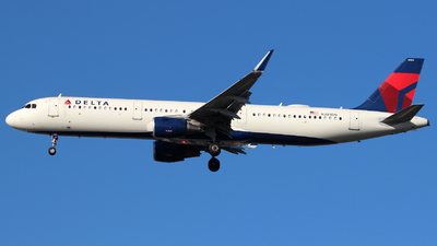 A picture of N303DN - Airbus A321211 - Delta Air Lines - © Andrew E. Cohen