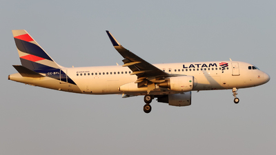 A picture of CCBFL - Airbus A320214 - LATAM Airlines - © Juan Manuel Temoche - SPJC Spotter