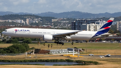 A picture of PTMUG - Boeing 77732W(ER) - LATAM Airlines - © Juan Carlos Aponte
