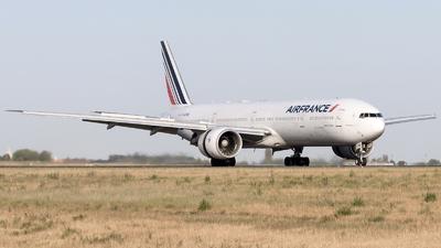 A picture of FGZNG - Boeing 777328(ER) - Air France - © Emmanuel NARGIL