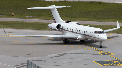 A picture of CSGLY - Bombardier Global 5000 - NetJets - © Luis Singer