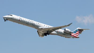 A picture of N553NN - Mitsubishi CRJ900LR - American Airlines - © Yixin Chen