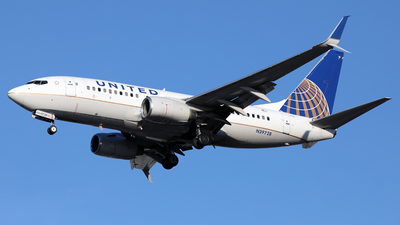 A picture of N39728 - Boeing 737724 - United Airlines - © Len Schwartz