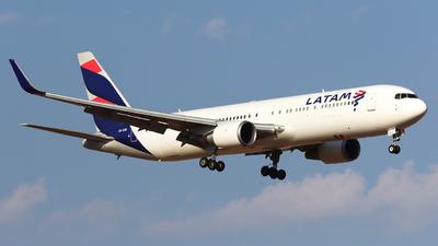 A picture of CCCXE - Boeing 767316(ER) - LATAM Airlines - © Claudio Pérez