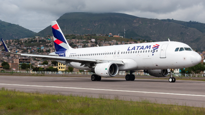 A picture of CCBFG - Airbus A320214 - LATAM Airlines - © Aldo Martinelli
