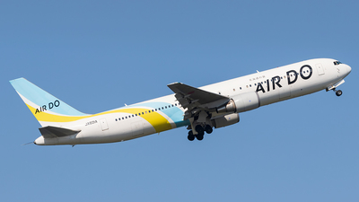 A picture of JA601A - Boeing 767381 - Air Do - © walker2000