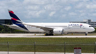 A picture of CCBBC - Boeing 7878 Dreamliner - LATAM Airlines - © bill wang
