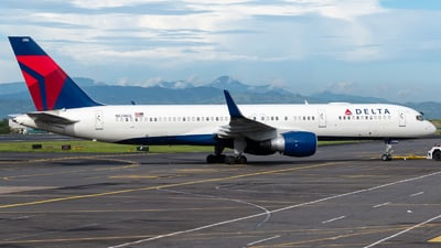 A picture of N6706Q - Boeing 757232 - Delta Air Lines - © Alfredo La Red