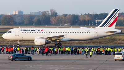 A picture of FGKXP - Airbus A320214 - Air France - © RobertLN