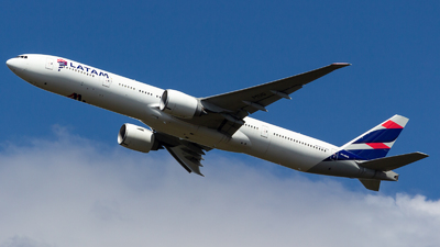 A picture of PTMUG - Boeing 77732W(ER) - LATAM Airlines - © LazaroEdu