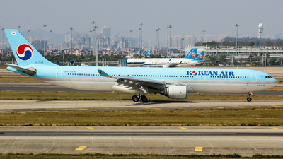 A picture of HL7540 - Airbus A330322 - Korean Air - © Lywings