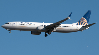 A picture of N37462 - Boeing 737924(ER) - United Airlines - © PAUL LINK