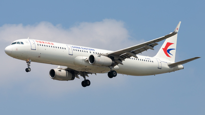 A picture of B8165 - Airbus A321231 - China Eastern Airlines - © H.C.