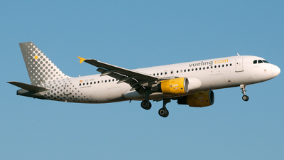 EC-IZD - Airbus A320-214 - Vueling Airlines