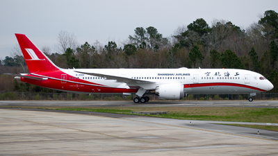 A picture of B220G - Boeing 7879 Dreamliner - Shanghai Airlines - © Devin R