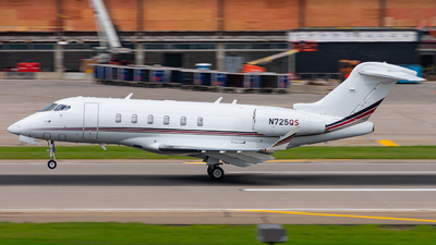 A picture of N725QS - Bombardier Challenger 350 - NetJets - © Mateo Skinner