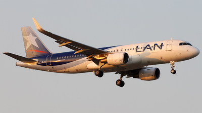 A picture of CCBJE - Airbus A320214 - LATAM Airlines - © Juan Manuel Temoche - SPJC Spotter