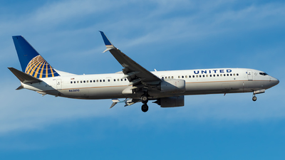 A picture of N63890 - Boeing 737924(ER) - United Airlines - © Lorenzo P