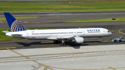 A picture of N562UA - Boeing 757222 - [26664] - © Russell Hill