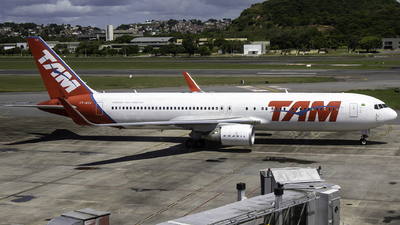 A picture of PTMSX - Boeing 767316(ER) - LATAM Airlines - © Davi P. Ribeiro