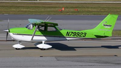 A picture of N79923 - Cessna 172K Skyhawk - [17258251] - © Kevin Porter