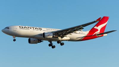 VH-EBO - Airbus A330-202 - Qantas