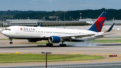 A picture of N172DZ - Boeing 767332(ER) - Delta Air Lines - © Steve Rinde