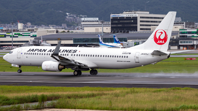 A picture of JA323J - Boeing 737846 - Japan Airlines - © LUSU