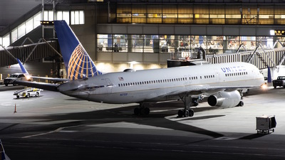 A picture of N17105 - Boeing 757224 - United Airlines - © Sebastian C
