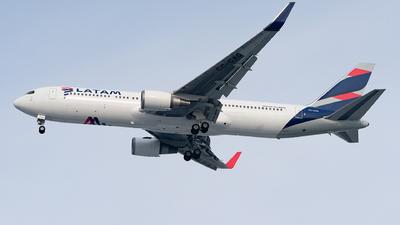 A picture of CCCXG - Boeing 767316(ER) - LATAM Airlines - © Luis Bastardo