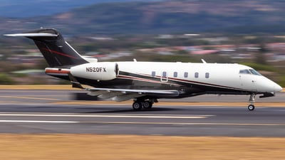 A picture of N520FX - Bombardier Challenger 300 - Flexjet - © Alonso Cisneros