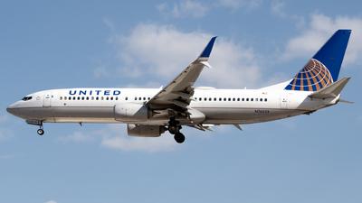 A picture of N76533 - Boeing 737824 - United Airlines - © Juan Carlos Alvarez (MAS Aviation Press)