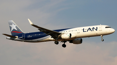 A picture of CCBEB - Airbus A321211 - LATAM Airlines - © Alejandro Torres