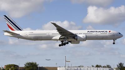 A picture of FGZNB - Boeing 777328(ER) - Air France - © Nicolas Dassum