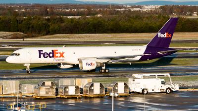 A picture of N774FD - Boeing 757222(SF) - FedEx - © Ben Suskind