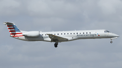 A picture of N664MS - Embraer ERJ145LR - American Airlines - © Orlando Suarez