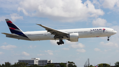 A picture of PTMUE - Boeing 77732W(ER) - LATAM Airlines - © Hensley Garcia