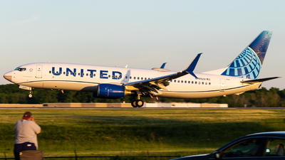 A picture of N76529 - Boeing 737824 - United Airlines - © Alex Crail