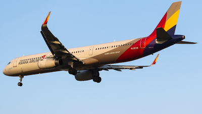 A picture of HL8038 - Airbus A321231 - Asiana Airlines - © HeZe Sun
