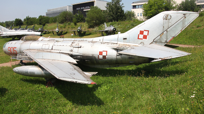 905 - Mikoyan-Gurevich Mig-19PM Farmer D - Poland - Air Force
