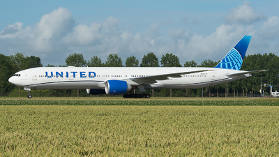 A picture of N2251U - Boeing 777300(ER) - United Airlines - © Ricardo de Vries